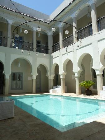 Riad Nashira & Spa: Il patio con la piscina