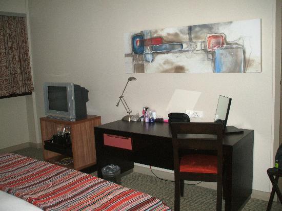 Southern Sun Newlands: Desk in room
