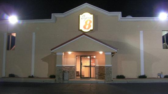 Super 8 Lafayette : Night View of Entrance to Lobby