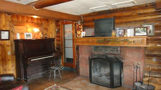 Hannagan Meadow Lodge: Beautiful fireplace