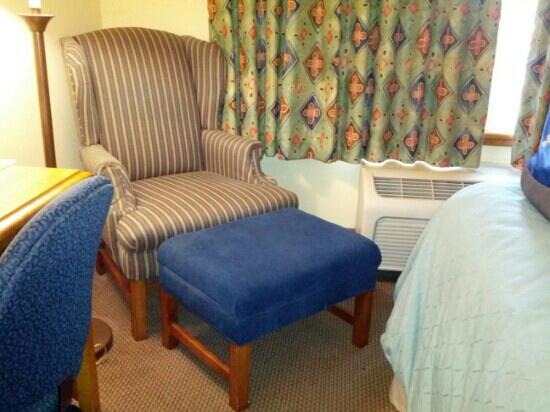 Country Inn By Carlson, Holland: The ottoman I kept running into, see the small distance to the bed