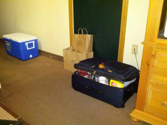 Country Inn By Carlson, Holland: No luggage stands meant bags on the floor