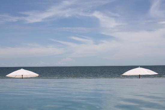 Baan Laksasubha Resort: Blick über das Pool auf das Meer
