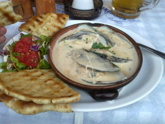 Zorbas Tavern: Mussels in sauce and toasted pitta bread (starter)