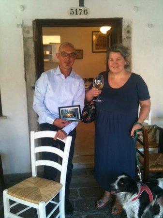Osteria Alla Frasca : Bruno riceve una vecchia foto ricordo della Frasca degli anni '60 da una gentile Signora