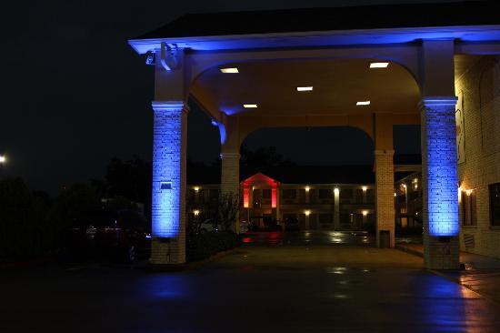 Best Western Inn Of Navasota: Hotel Night View