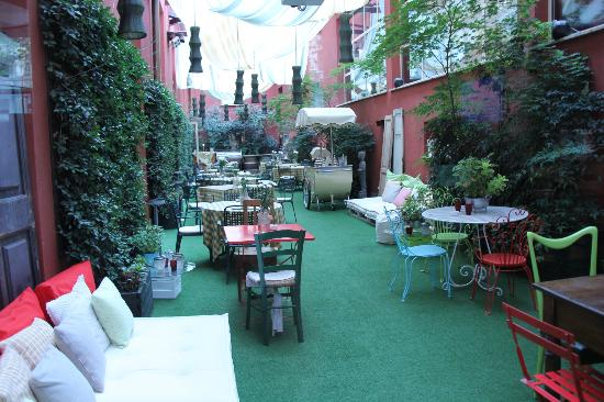 Enterprise Hotel: little outdoor area within the hotel