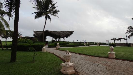 Taj Exotica Goa: way to the beach..