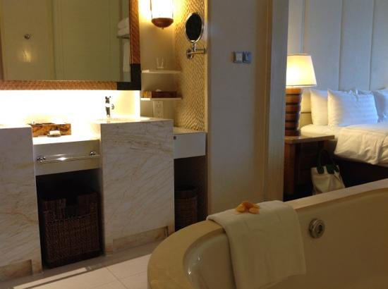 Shangri-La's Boracay Resort & Spa: Bathroom