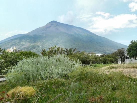 """Casa del Sole: Le volcan, omniprésent : toutes les 20 minutes, un """"pet"""" de fumée, rougeoyante la nuit."""