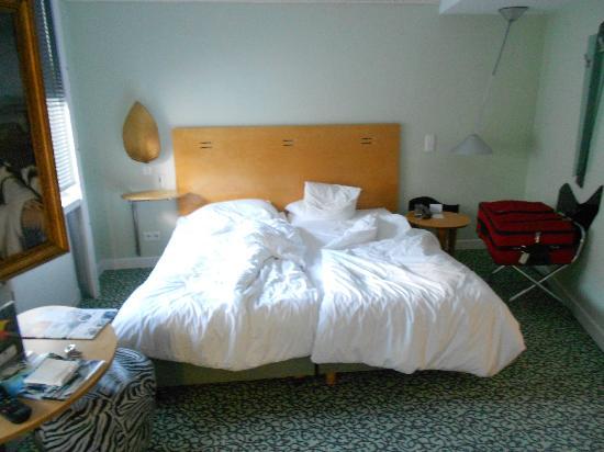 Hotel Cristall: Dos camas, bastante blandas.