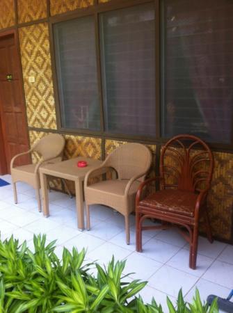 Alona Palm Beach Resort and Restaurant: mismatch outdoor furniture