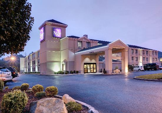 Sleep Inn & Suites: Exterior at Night