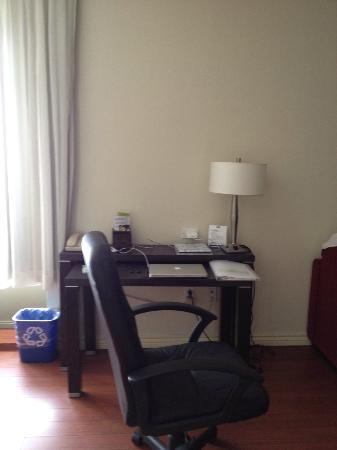 Holiday Inn Express Hotel & Suites Montreal Airport: desk