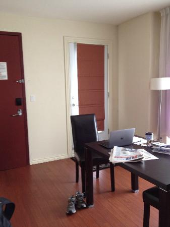 Holiday Inn Express Hotel & Suites Montreal Airport: Dining room table and door to the balcony