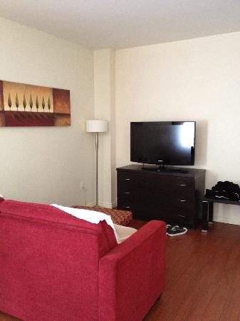 Holiday Inn Express Hotel & Suites Montreal Airport: bedroom tv