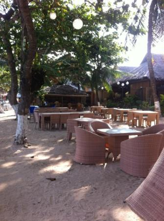 Alona Palm Beach Resort and Restaurant: empty restaurant by the beach.... more fun places to eat around the corner!
