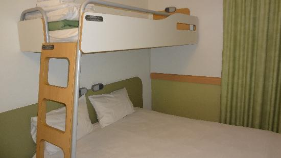 Hotel Ibis Budget Brugge Centrum Station: Standard Etap bedding. The top bunk is only suited for a small-sized adult.
