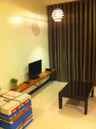 Guijo Suites Makati: small lounge area in suite