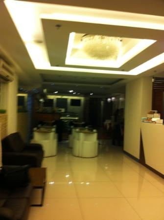 Guijo Suites Makati: clean small lobby with the coffee shop