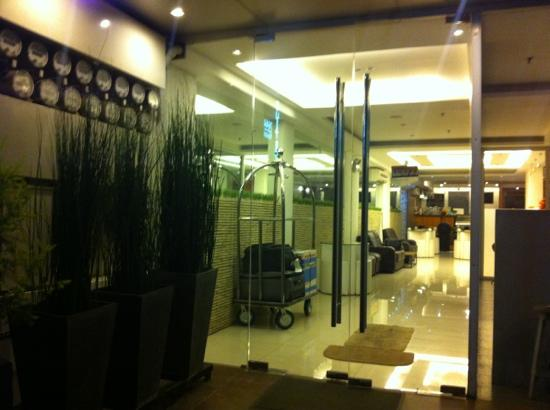 Guijo Suites Makati: entry to lobby/reception