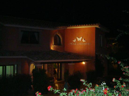 Hotel Mariposas : Entrance at night