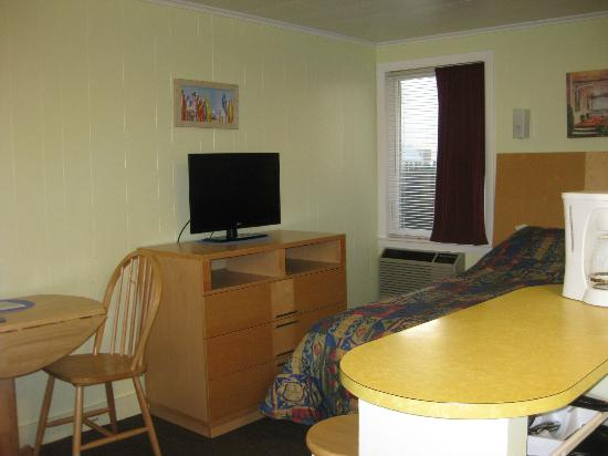 Moontide Motel, Cabins and Apartments: Motel room 1 - north bedroom from the entry
