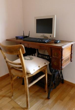 Hotel Schwanen im Bregenzerwald: An old sewing machine converted into a computer desk