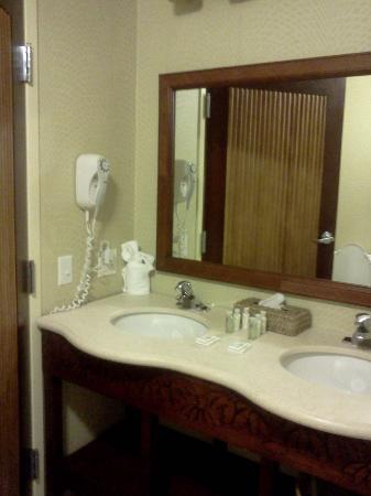 Maui Sands Resort & Indoor Waterpark: Bathroom in the King suite