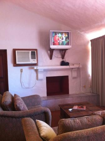 Estrella Del Mar Resort Mazatlan: Old TV and Old AC at the villas