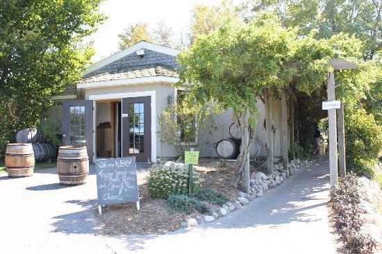 Bowers Harbor Vineyards: Entrance