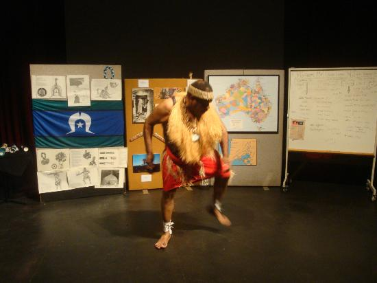 Tandanya, National Aboriginal Cultural Institute Inc. : dave mentre danza e canta