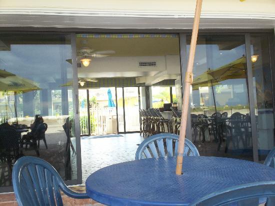 Bilmar Beach Cafe: bazzies interior from patio