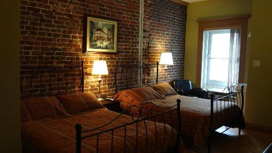 Ma chambre au 3e tage picture of hotel manoir de la for Au jardin du gouverneur quebec city