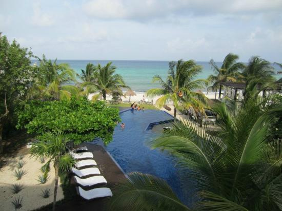 Le Reve Hotel & Spa: View of the pool/ocean from Horizon suite