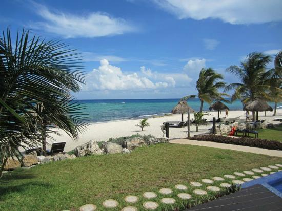 Le Reve Hotel & Spa: miniscule walk to the beach....perfect for the bridal party