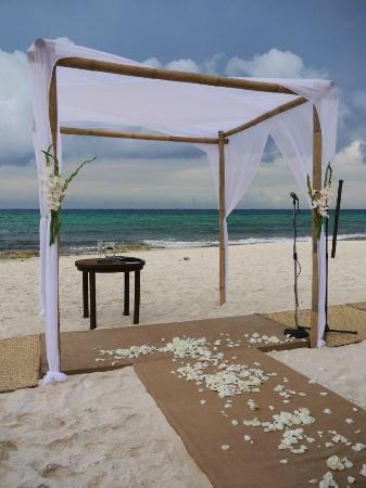 Le Reve Hotel & Spa: All ready for the wedding... seating on beach for 85 guests
