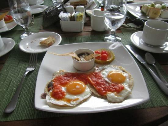 Le Reve Hotel & Spa: Another popular choice was the eggs ranchero