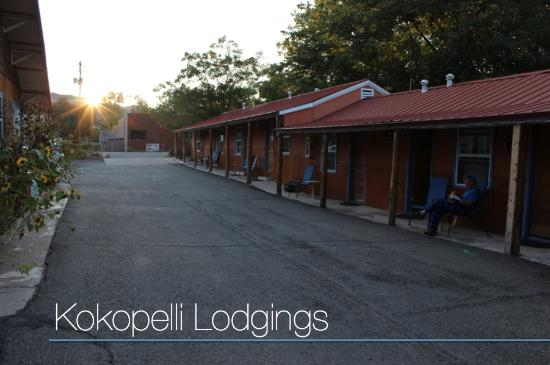 Kokopelli Lodgings: Parking Lot and Front of Hotel
