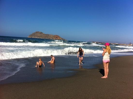 Atlantica Caldera Bay: stranden utanför hotellet