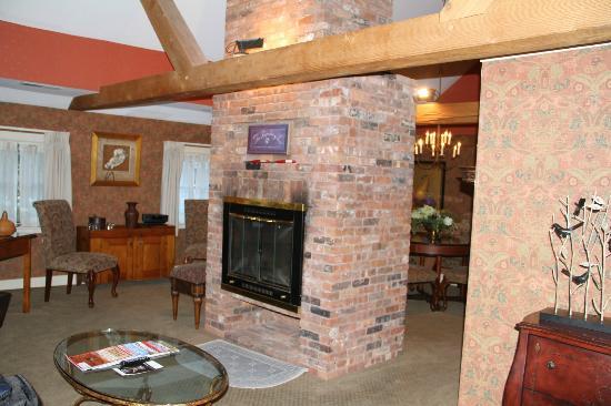 Bedford Village Inn : Fireplace in living room