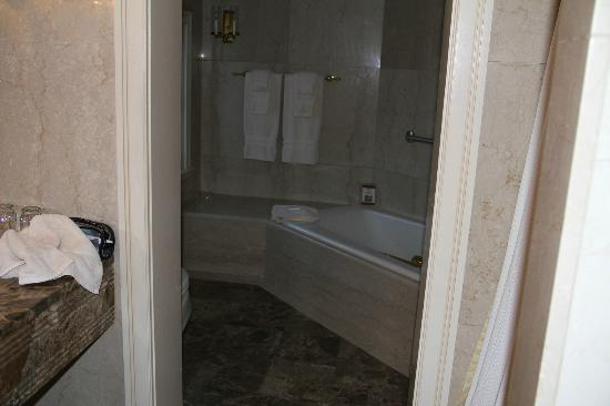 Bedford Village Inn: Suite bathroom