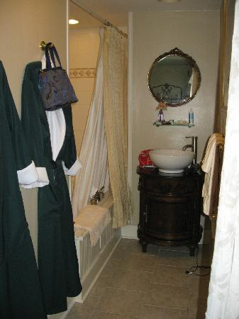 A Bed of Roses Bed & Breakfast: Great, clean, jetted tub...and nice robes to lounge in!