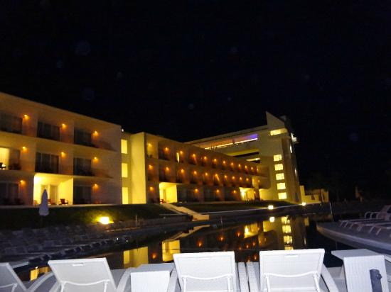 Secrets Huatulco Resort & Spa: View from the pool at night