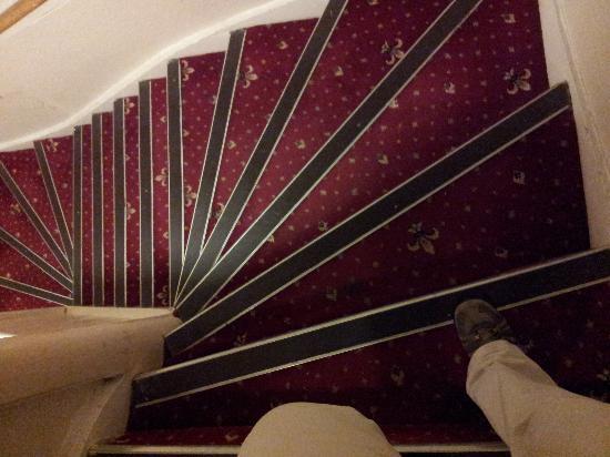 Edinburgh House Hotel: la tenebrosa escalera de caracol que daba acceso a la zona ático, curioso que antes no se vieran