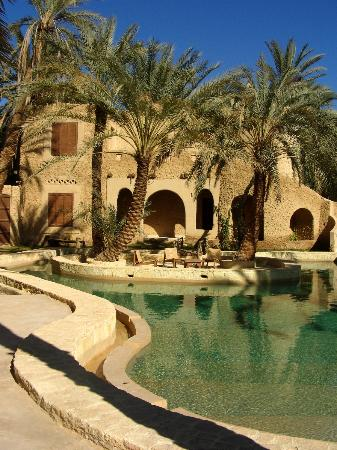 Carols Ghaliet Ecolodge Siwa: The beautiful pool with rooms behind