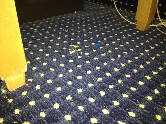 Comfort Inn: crumbs and half a pill on floor where they were too lazy to vacuum.