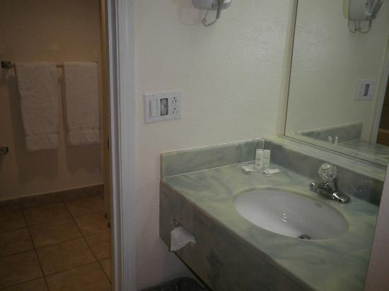 Comfort Suites Paradise Island: Sink outside of the bathroom
