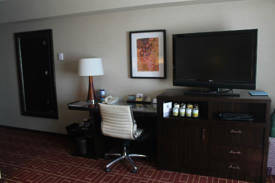 Hyatt Regency Sacramento: Minibar, TV, desk