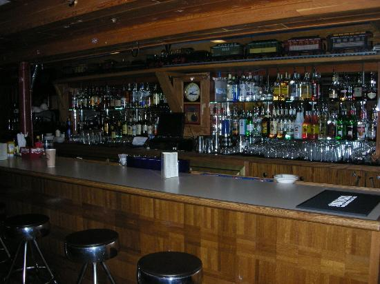 Izaak Walton Inn: Full bar in the downstairs lodge